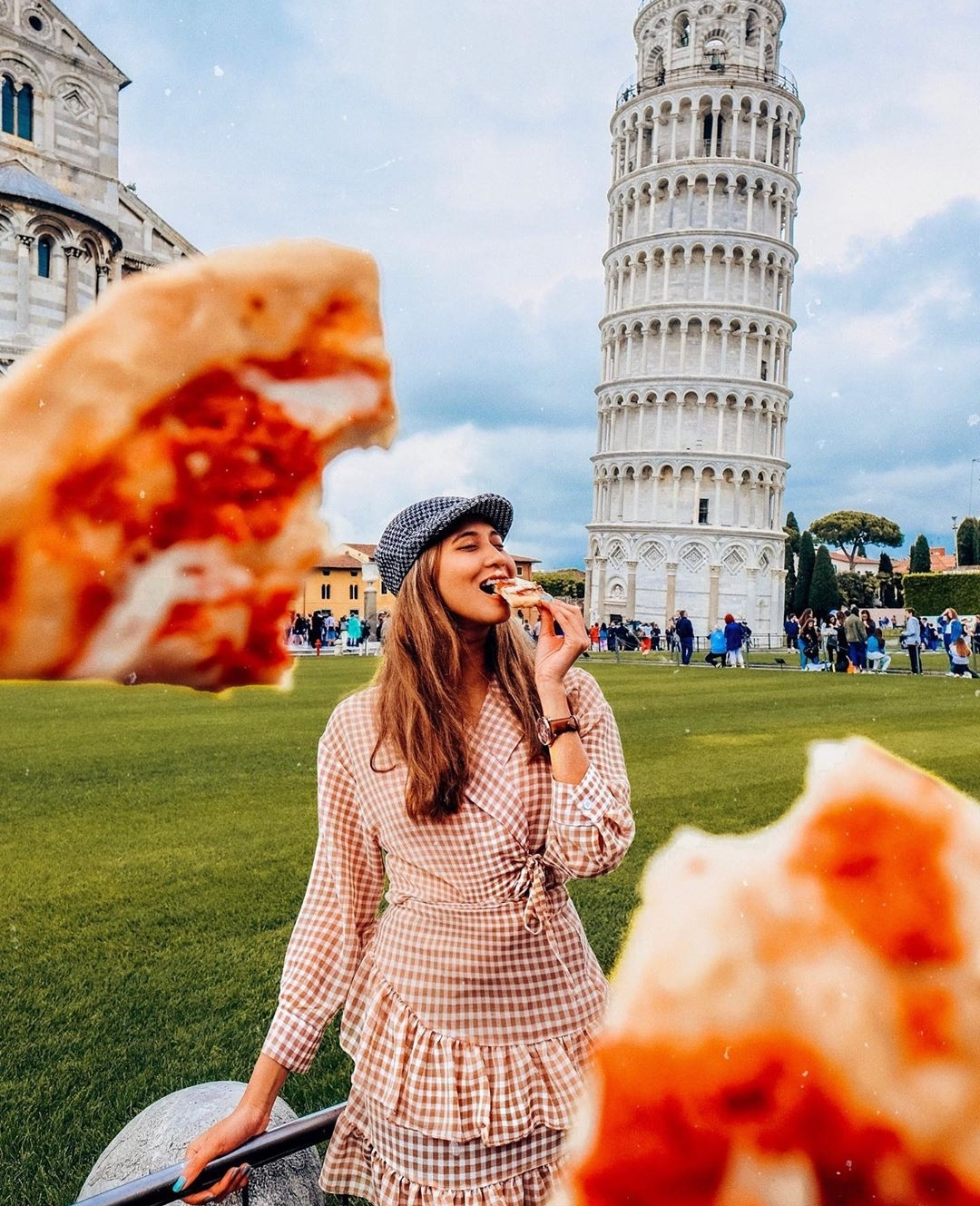 Europe Virtual Tour: Eating pizza in front of the Leaning Tower of Pisa in Italy